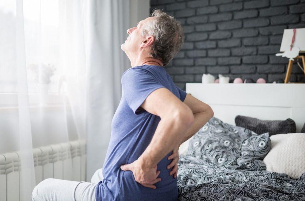 Douleurs chroniques et andropause : comment se ménager ?